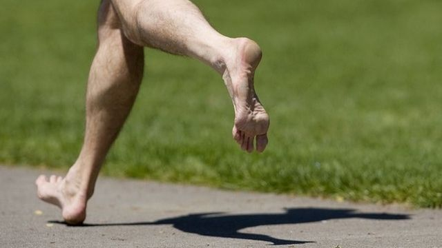 Correr descalzo podologo